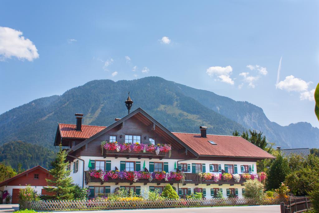 Untersberghof mit dahinterliegendem Untersberg